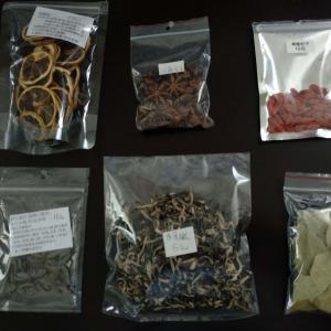 香港の食材:乾物、スパイス天国香港。八角、月桂樹、クコの実、きくらげ類、ビタミン補給にレモンスライスなどなど。