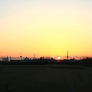 小高い丘から朝焼けに日の出