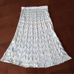 分散増目で透かし模様のスカート