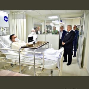 コロナ専用病棟にマスクもせず視察?
