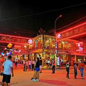 カンボジアパブストリート夜
