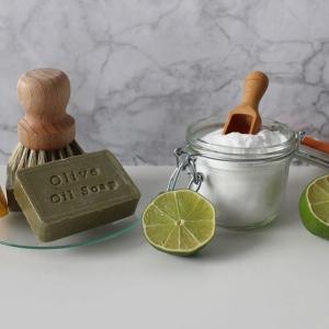 髪の毛を石鹸で洗う