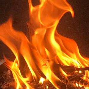お盆の迎え火を焚く