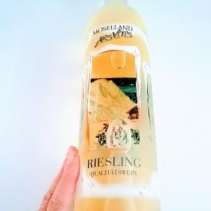 小窓から子供が遊んでるのが見えるよ、ドイツの可愛いユニークボトルの白ワイン ^^ リースリング