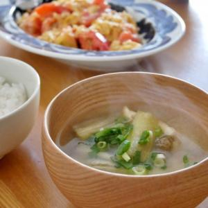 「福島県産なす」のお味噌汁と、「福島県産トマト」の玉子炒めの朝ごはん