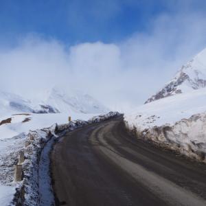 冬のグルジア軍用道路を行く