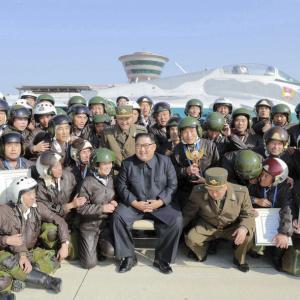 【北朝鮮】金正恩委員長、航空ショーを視察 ミグ15など数十機の軍用機が登場[11/16]