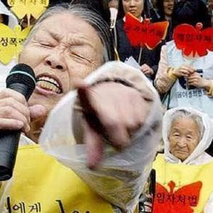"""【韓国】「日本にいくらカネをもらってる!」日本大使館前で起きた『反日種族主義』著者の""""吊し上げ集会""""[12/15]"""