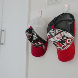 子供の帽子を玄関にかける