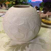 ノーマン陶芸放浪記 白磁牡丹彫文丸壺 彫りの装飾