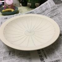 陶芸 白磁大皿の作陶と鎬 尺皿への再チャレンジ。次は、上絵付へ。 カスタム治具の製作で易しい鎬の手彫り。