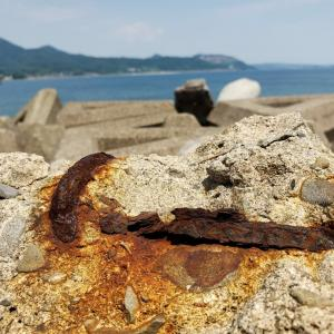 海辺の錆びと飛び出るテトラポット