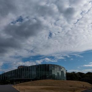 新宿御苑大温室と空と雲