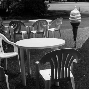 ソフトクリームのオブジェのある休憩所(新宿御苑)