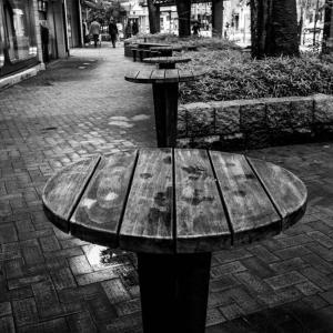 西銀座デパート前の立ち席テーブル