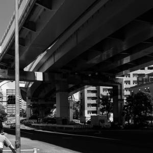 江東区三ツ目通り枝川二丁目周辺 上を走るのは首都高9号深川線