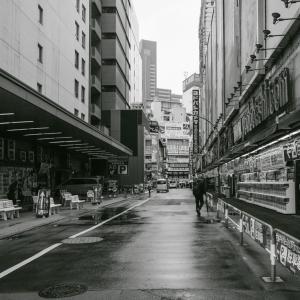 雨の新宿ヨドバシカメラ前