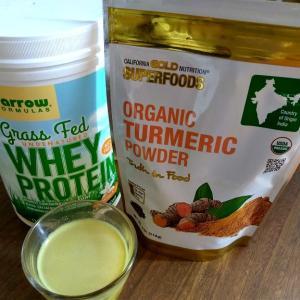 成長ホルモン不使用・グラスフェッドのホエイプロテインで、ゴールデンミルク風&アイハーブサプリ25%オフセール