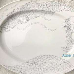 お皿に龍を描く