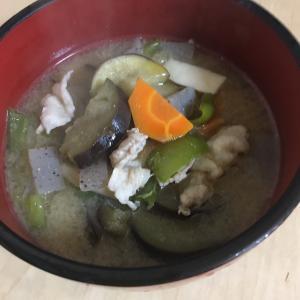 今日の料理男子がっちは豚汁にアレンジを加えてみました。