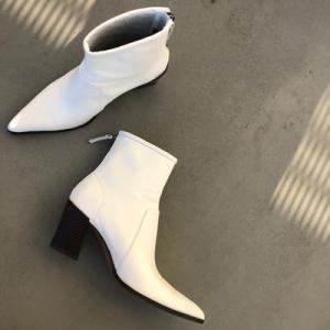白いショートブーツ