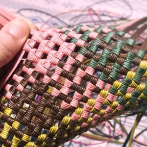 石畳編みはあまりひもで…。と思ったけど、新たに数色切りました。