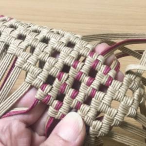 3m×4本幅のあまり紐がたくさん…。石畳み編みでランチバッグを制作中です。