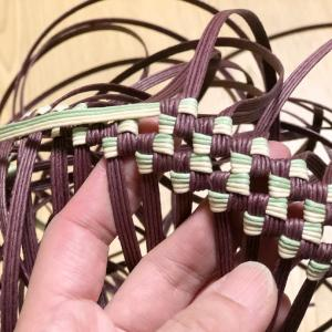 グラデーションバンドの石畳編みボーダーバッグ。ポケット付きで。