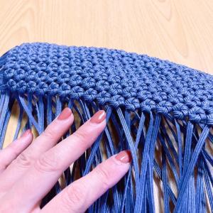クラフトバンドで3本幅の花結び編み。細かな作業中です。