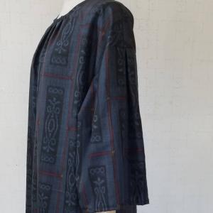 村山大島紬から、襟ぐりギャザー袖山タックワンピース