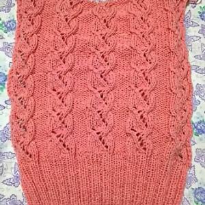 冬糸で編んでいるベスト、後ろ身頃も編めました。