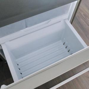 冷凍庫内のご紹介。上にある横開きタイプより下にある引き出しタイプが断然使いやすい!