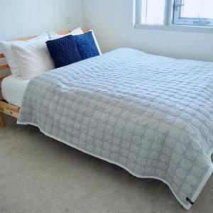 ベッドと壁の間は意外とゴミが蓄積しがち。綺麗を保つために見直した場所。