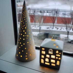 IKEAのタイマー内蔵LEDライトが便利。ツリーも出して部屋中クリスマス気分のわが家。