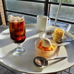 バルコニーでおうちカフェ。西日がすごいのでガーデンパラソル設置してみた。