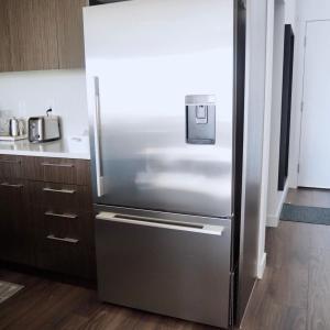 女性1人で意外と動かせる冷蔵庫。ホコリがたまりやすい裏を掃除。