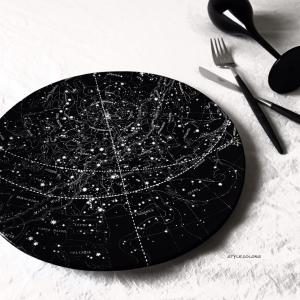 星座が描かれた夜空のプレート @astierdevillatte