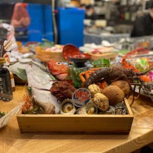 泳ぎイカと藁焼き実演の海鮮居酒屋『寅八商店梅田店』移転リニューアルしました