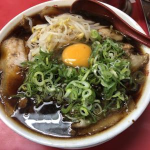 【入荷情報!ラーメン館】真っ黒スープにネギ、生卵!京都ラーメンの名店「新福菜館」伏見店