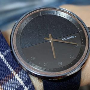小粋でお洒落、人と被らない北欧の木製腕時計【VEJRHOJ(ヴェアホイ)The GUN – midnight blue】レビュー