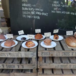 早朝に出来立てのパンを求めパン屋めぐる人生