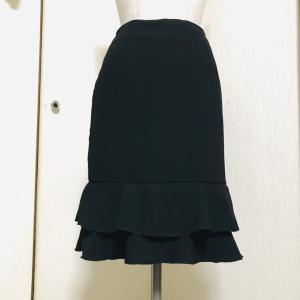黒のフリルタイトスカート