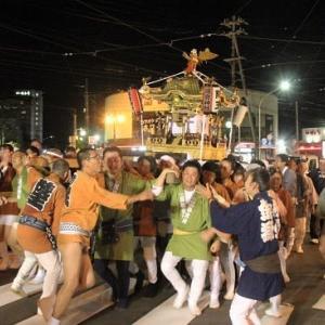"""""""夜神輿""""温泉街を練り歩く..."""