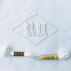 白糸刺繍でイニシャル刺繍