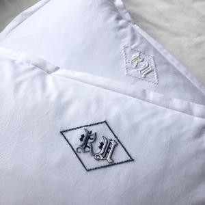 モノグラム刺繍のピローケースで貴族の眠りを