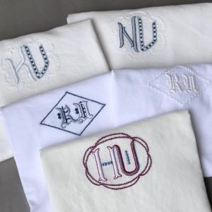 家族それぞれのモノグラム刺繍入りピローケース