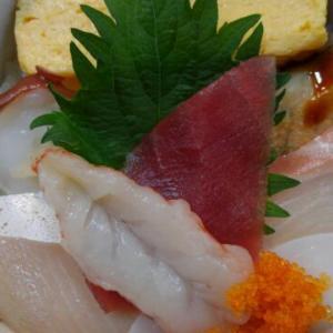 明治初期から続く老舗魚屋直営の「鈴徳」で、海鮮丼と天ぷら<盛岡>