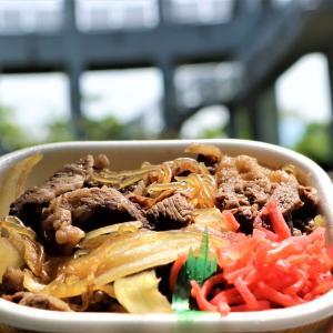 盛岡の老舗「肉の米内」からテイクアウトで愛宕山の展望台「牛丼とコロッケ」