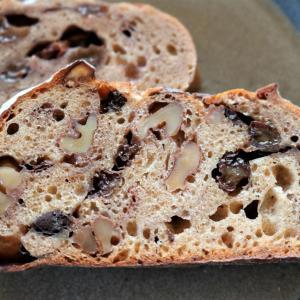 秋の空と小さなパン屋「ルーツ」の深い味わいが広がるパン