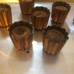 銅の型でカヌレを焼く